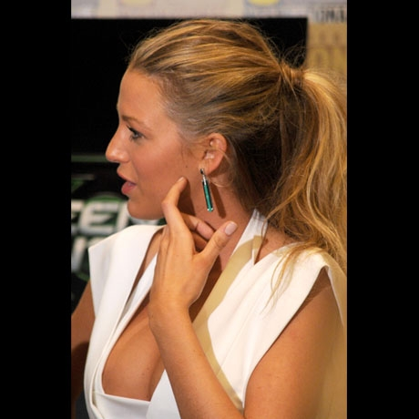 VIDEO Green Lantern 39s Blake Lively Had Boobs On Display At Comic Con